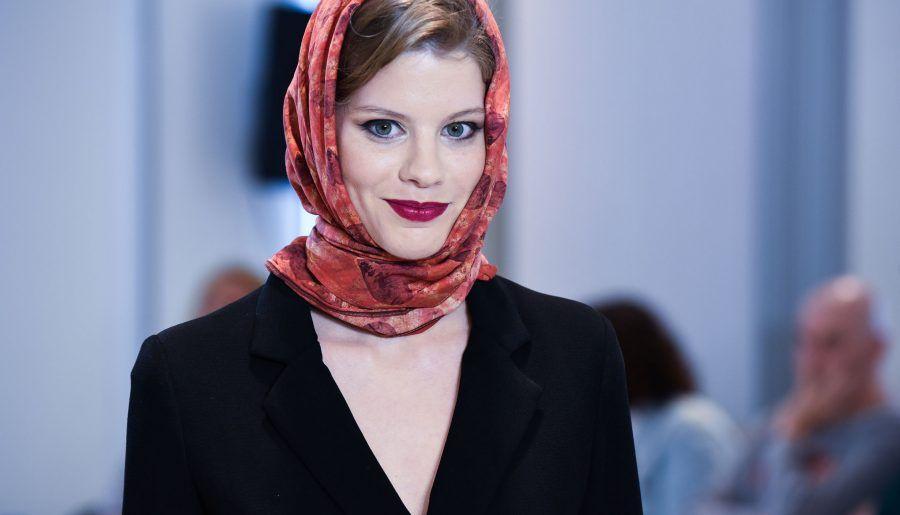Sandra Ibarra desvela en la Pasarela New Models las claves para ponerse los 'Pañuelos con Arte'